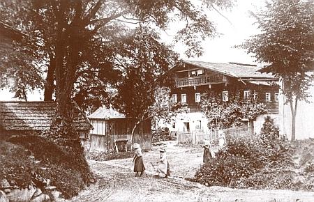 Vzácný starý snímek domu v Schiefwegu , kde se narodila
