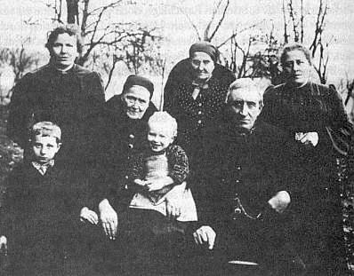 S celou rodinou krátce před vystěhováním do USA (vpravo)