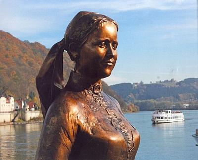 Její bronzová bysta stojí od roku 2008 nad Dunajem vestaré městské části Pasova