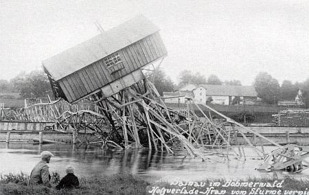 Pohlednice zachycující devastaci jeřábu po řádění orkánu v červenci 1929
