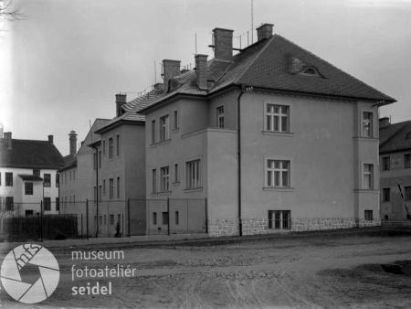Jeho českobudějovický dům na rohu dnešní Pivovarské ulice a ulice generála Svobody na dvou nedatovaných snímcích z fotoateliéru Seidel