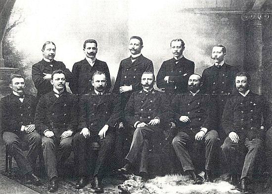 Na skupinové fotografii schwarzenberských lesníků někdy z počátku minulého století sedí třetí zleva, čtvrtý zleva vedle je s dubovými listy na límci zachycen Vinzenz Wenhart