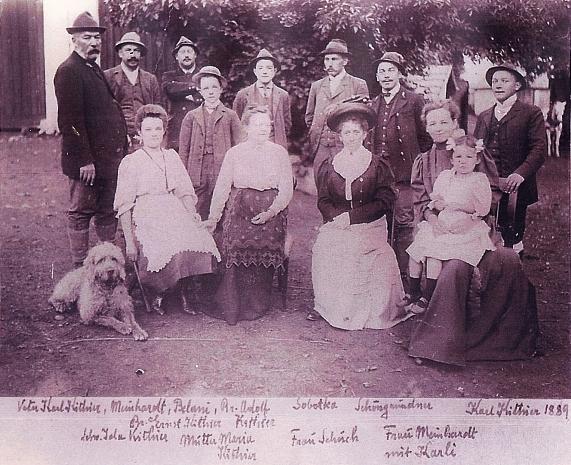 Na snímku s lesnickou rodinou Kithierových z roku 1907 stojí druhý zleva, vpředu vpravo pak sedí jeho žena Gabriela s malou dcerkou Karli na klíně
