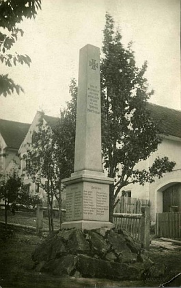 Někdejší vzhled památníku padlým vHodňově, na jehož podstavci byl zřízen nový