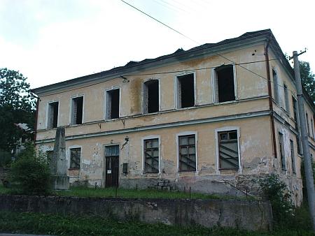Záběr z dnešního Hodňova (2009) zachycuje bývalou školu