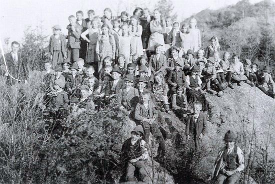 Na vrchu zvaném Wolfstein, tj. Vlčí kámen, stojí vlevo vedle školáků na snímku z výletu někdy na konci školního roku 1934/1935