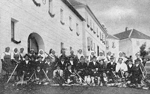 Hodňovské dožínky v roce 1927, kdy on pár měsíců předtím maturoval na učitelském ústavu v severočeském Trutnově