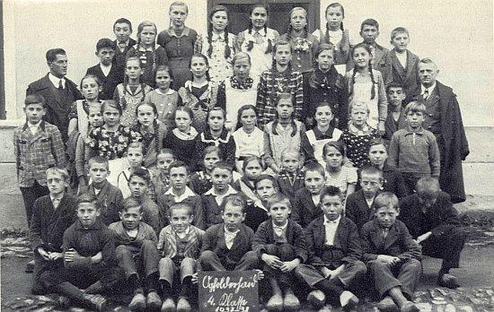 Pan řídící Alois Meisetschläger se školáky ze zaniklého dnes Jablonce ve školním roce 1937/1938 - je to onen třicátník nalevo při okně školní budovy