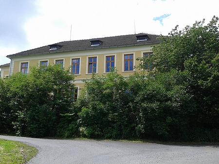 Školní budovy v Chrobolech (nahoře) a Frantolech