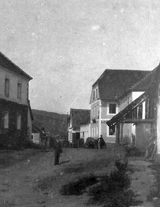 """Na staré fotografii je uprostřed vpravo dům čp. 8 v Chrobolech, někdejší hostinec """"Bäcker-Wirtshaus"""" (viziHeinrich Meisinger a Jakob Meisinger)"""