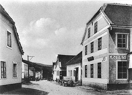 """Stará pohlednice zachycuje vpravo rodný dům čp. 8 v Chrobolech, někdejší hostinec """"Bäcker-Wirtshaus"""" (viz i Franz Meisinger)"""