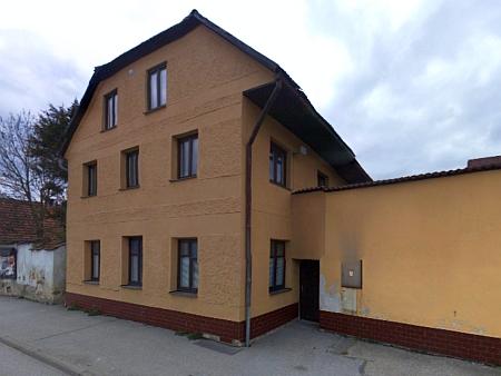 Rodný dům v Chrobolech čp. 8  (viz i Franz Meisinger)