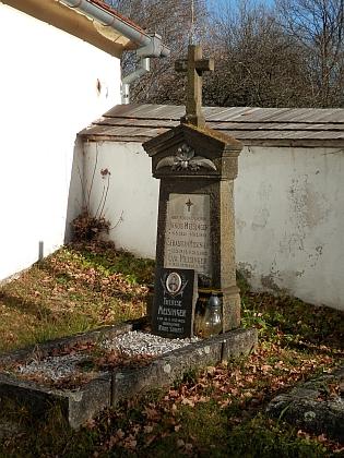 Rodinný hrob v Chrobolech