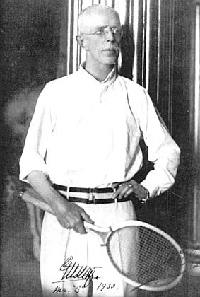 """Švédský král Gustav V., se kterým Menzel roku 1932 vyhrál v Mentone, mu na fotografii zanechal i podpis """"Gustaf"""" a pod tím """"Mr. G."""" s letopočtem vedle"""
