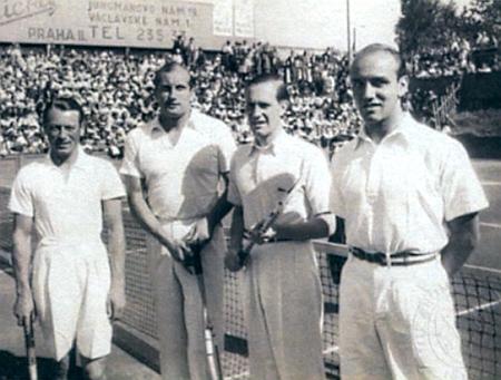Na fotografii z roku 1935 stojí druhý zleva jako reprezentant ČSR ve finále evropské zóny Davis Cupu proti Německu, v němž Německo zvítězilo 4:1