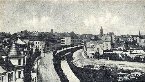 Nezvyklý pohled na České Budějovice v jehož středu vidíme tehdy ještě nepřemostěnou Mlýnskou stoku, při níž Merbeller bydlel