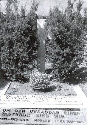 """Hrob Emila a Leny Merkerových v Grünenbach-Ebratshofen s nápisem """"Jsme ti, kdo tápou kolem nevýslovna..."""""""