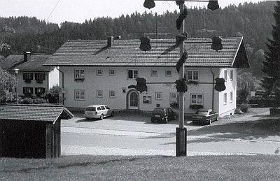 Pamětní deska na obecním domě v Grünenbach-Ebratshofen, kde žil před skonem