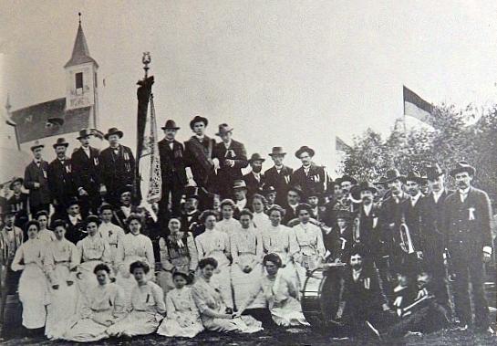 Svěcení praporu ondřejovského pěveckého sdružení v roce 1912 na snímku Josefa Seidela