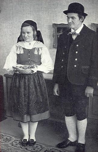 Se svou chotí Ursulou v šumavském kroji na obálce krajanského měsíčníku
