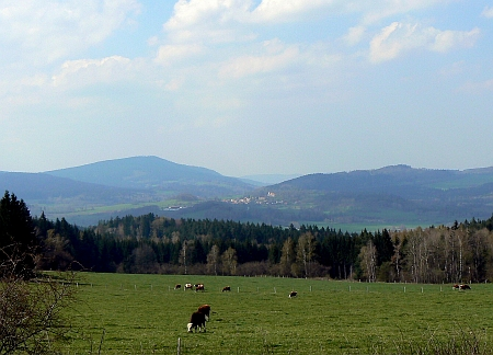 Pohled z Ktišky (Lichteneck) na Chroboly a Libín