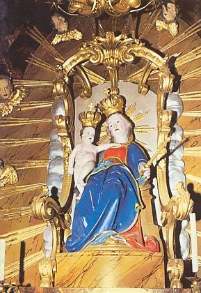 Madona z Chrobol, vytvořená kolem roku 1520, na hlavním oltáři kostela