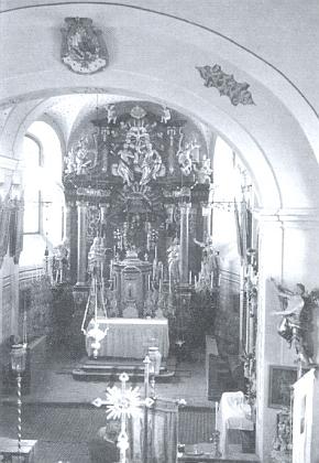 Kněžiště kostela v Chrobolech