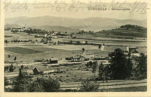 Chroboly na staré pohlednici v celkovém pohledu se šumavskými hřebeny za sebou