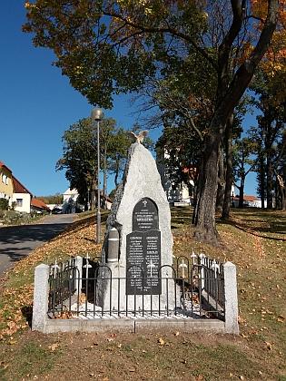 Na památníku padlých v první světové válce v Chrobolech čteme jména několika Rothbauerů