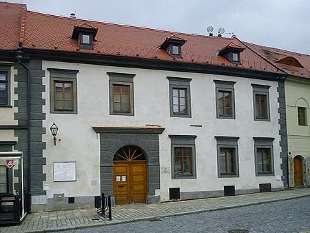 Dům čp. 43 (dnes Muzeum české loutky a cirkusu) na prachatickém Velkém náměstí: tady vedl po otci hostinskou živnost