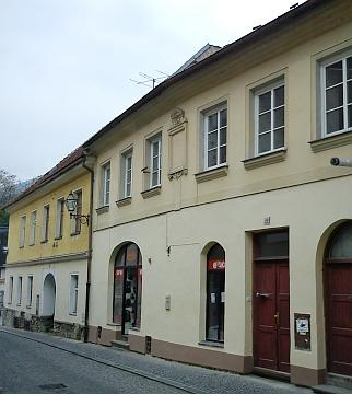 Dům čp. 122 v prachatické Solní ulici, kdese narodil, s prázdným rámem pamětní desky