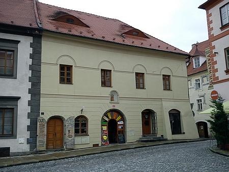 Dům čp. 44 na Velkém náměstí v Prachaticích, kde roku 1862 vevěku 39 let zemřel