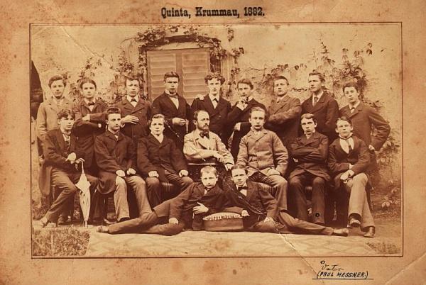 Tady sedí druhý zprava mezi spolužáky z kvinty českokrumlovského gymnázia na snímku pořízeném roku 1882