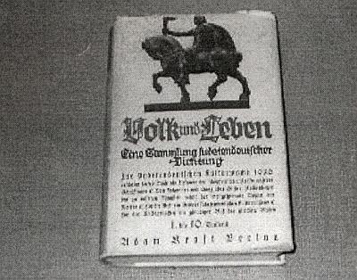 """Další jeho plastika """"Jezdec"""" zdobila i obálku antologie sudetoněmeckých autorů """"Volk und Leben"""", kterou v roce 1936 sestavil Karl Franz Leppa"""