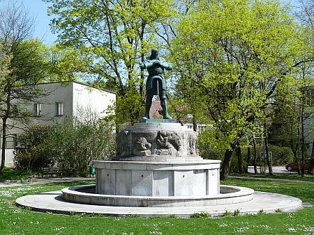 """... dnes umístěná v parku města Kaufbeurer-Neugablonz i s tabulí, vysvětllující její koupi v """"ČSSR"""" - poslední dobou (psáno v roce 2017) se začíná diskutovat i o jejím návratu do Jablonce"""