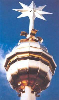 Osmicípá hvězda na špici velké kostelní kupole