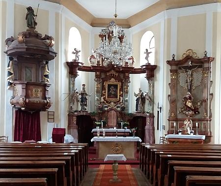 Mariánský hlavní oltář v železnorudském kostele