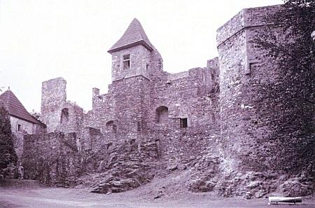 Zde vidíme hrad v Klenové na novějším snímku Hanse Schopfa