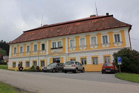 Škola v Přední Výtoni, kde působil Jakob Heinrich Micko i jeho syn Heinrich Jakob (viz i Marianne Köhlerová) - škola v obci fungovala v letech 1785-2001, dnes v budově sídlí obecní úřad