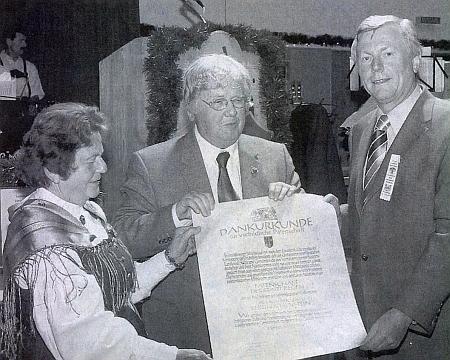 Při předávání děkovné listiny premiéra Stoibera za vzorný patronát města Regen nad vyhnanci z Kašperskohorska v roce 2004 stojí všumavském kroji první zleva