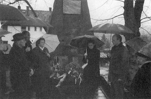 V listopadu 2002 stojí třetí zleva u památníku padlých v Kašperských Horách