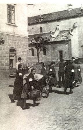 S páskami na rukávech pravé ruky opouštějí tu německé ženy Kašperské Hory v roce 1946