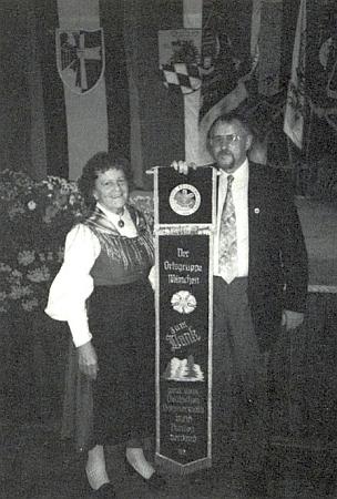 """S Ingo Hansem, který jí v roce 1991 předává jako předsedkyni """"Heimatgruppe München"""" čestnou stuhu Böhmerwaldbundu"""