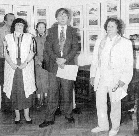 """V roce 2000 zahajuje Irmgard po boku Dr. Vladimíra Horpeniaka vkašperskohorském Muzeu Šumavy výstavu fotografií Dietera Raische """"Böhmerwald gestern und heute"""""""