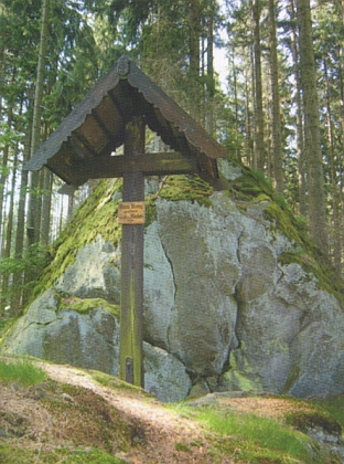 Dřevěný Annin kříž a kamenný Hubertův kříž v lesích při Žďárské cestě mezi Předním, Prostředním a Zadním Žďárem, vedoucí až k Jalovému dvoru