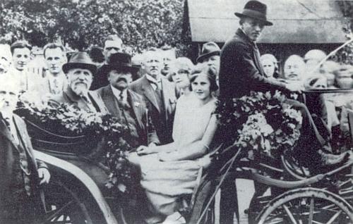 Josef Taschek a Johann Micko jsou tu oba zachyceni v kočáře za slavnosti sdružení Deutscher Böhmerwaldbund v Hostouni roku 1925