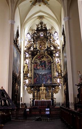 Oltář klášterního kostela Nanebevzetí Panny Marie ve Vyšším Brodě a jedno z vitrážových oken