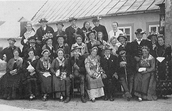 """Alois Bachner z Kovářovic zaslal z Velké Británie tento snímek ochotníků v krojích z Hruštic někdy v roce 1937 až 1938, nejspíš ještě """"za republiky"""""""