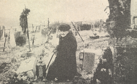 Na snímku z frymburského hřbitova, pořízeném o Dušičkách roku 1954, je zachycena jeho matka, která zemřela v Českých Budějovicích dne 29. prosince 1955, u hrobu svého muže a Heinrichova otce Jacoba Micko