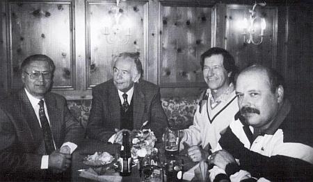Druhý zprava s Oswaldem Sonnbergerem a Hansem Preslem (prvý a druhý zleva) při prezentaci knihy Heuraffl im Böhmerwald